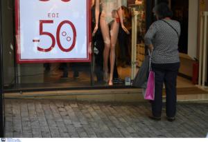 Ενδιάμεσες εκπτώσεις: Μειωμένος τζίρος για τα μισά μαγαζιά