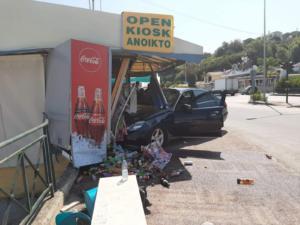Ταξί έπεσε σε περίπτερο στην Κέρκυρα! – Μία τραυματίας