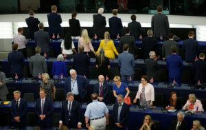 Ευρωβουλευτές γύρισαν την πλάτη στον Ευρωπαϊκό ύμνο! Σφοδρές αντιδράσεις – video