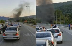 Βγήκαν σώοι από φλεγόμενο αυτοκίνητο στην Εγνατία Οδό! video
