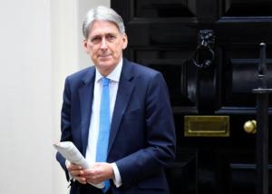 """Βρετανία: Τα… """"βροντάει"""" και φεύγει ο υπ. Οικονομικών μετά την εκλογή πρωθυπουργού"""