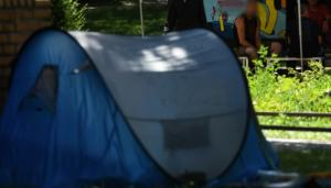 Άστεγοι έστησαν σκηνές έξω από το μουσείο Πράδο – Ζητούν να τους δοθεί στέγη