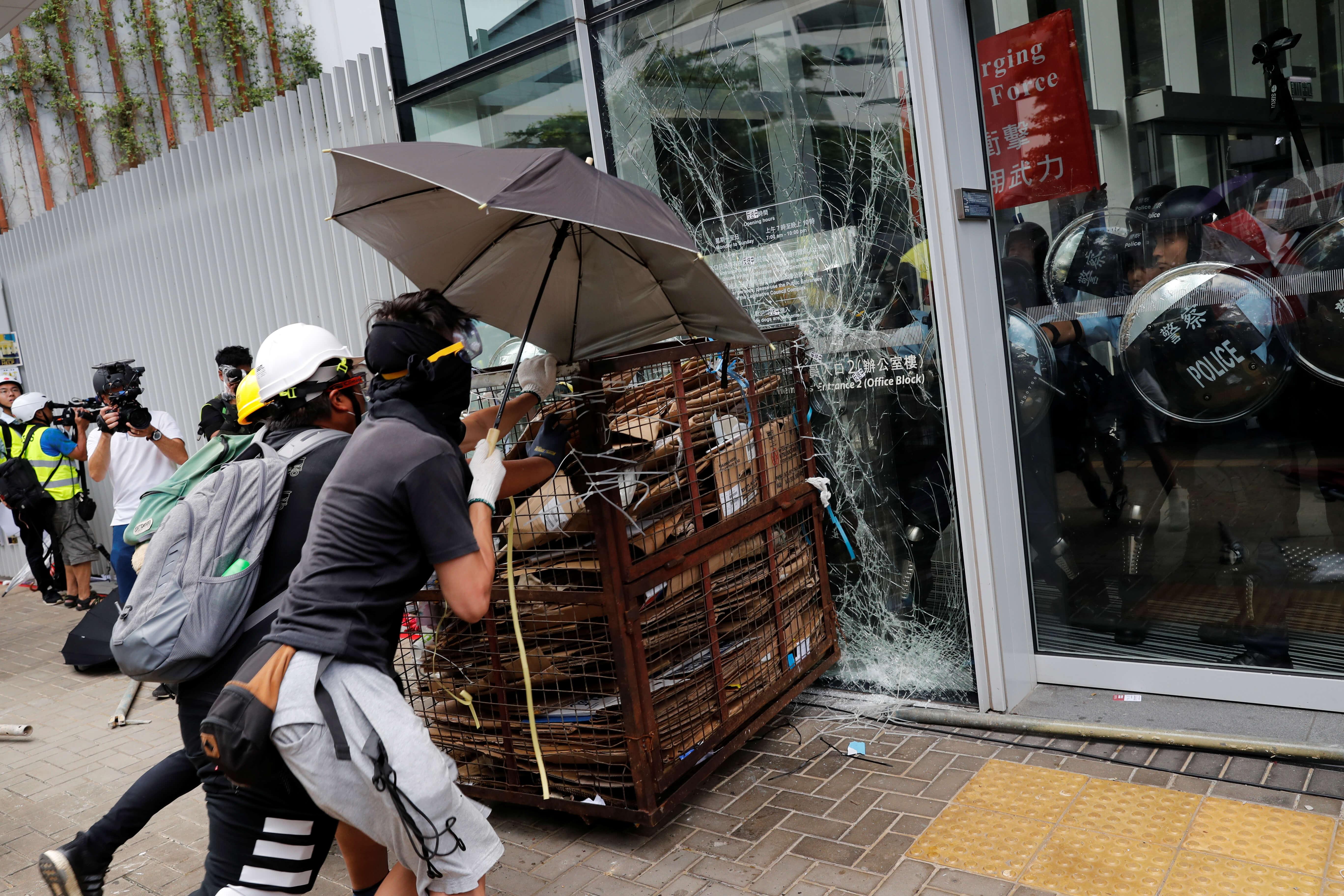Χονγκ Κονγκ: Απόπειρα εισβολής στο κτίριο του Νομοθετικού Συμβουλίου – video