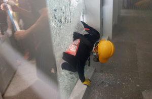 Χονγκ Κονγκ: «Ντου» διαδηλωτών στο Κοινοβούλιο – video, pics