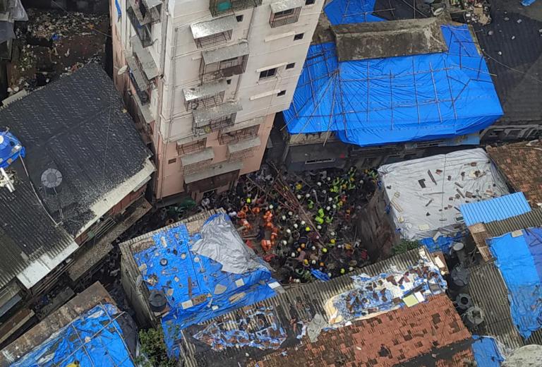 Ινδία: 4 νεκροί από την κατάρρευση κτιρίου στην Βομβάη – Ήταν μόλις… 100 χρονών [pics]