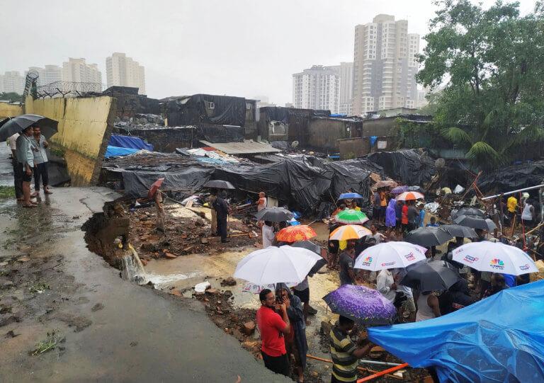 Βομβάη: 27 οι νεκροί από την κατάρρευση τοίχου που «έλιωσε» παράγκες [pics]