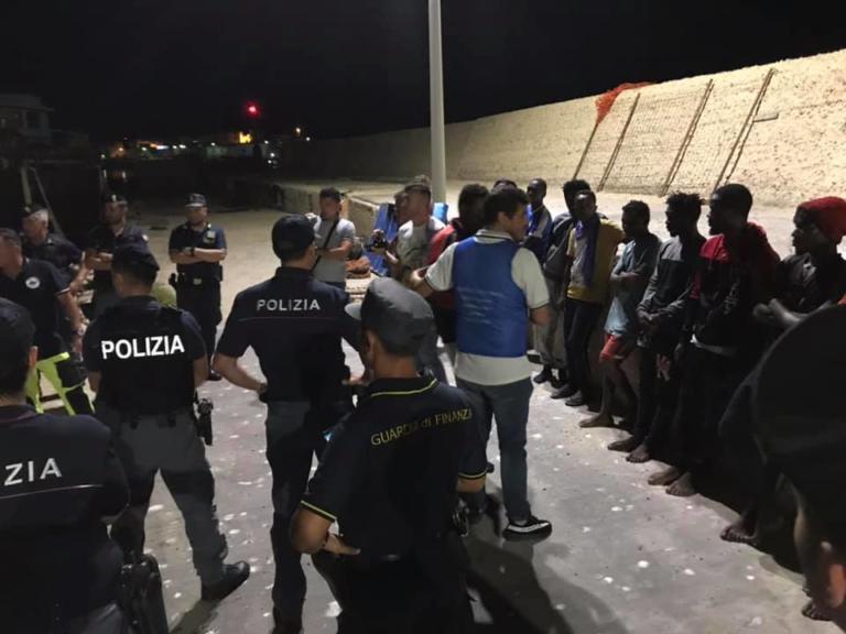 Ιταλία: Πάτησαν στεριά οι πρόσφυγες του Alex – Η ανάρτηση του Έλληνα διασώστη