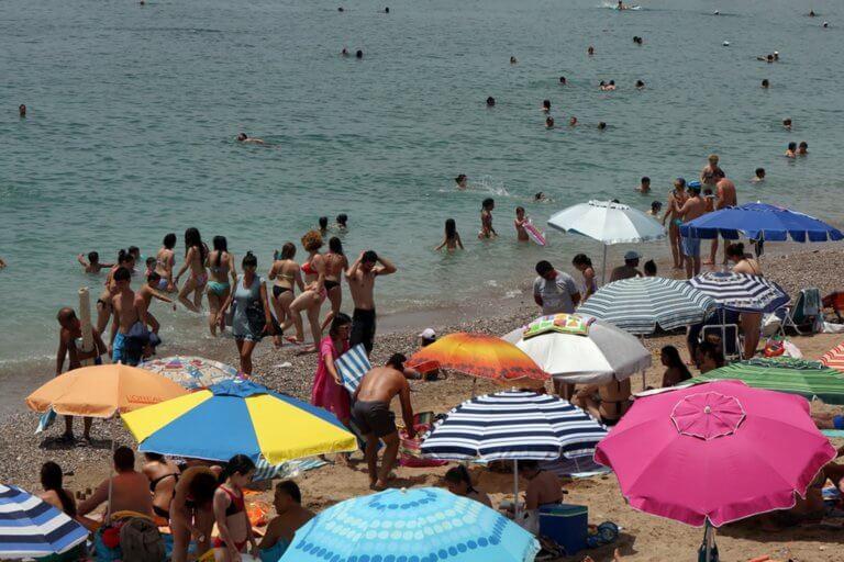 """Καιρός σήμερα: Η λύση είναι μία… πάμε παραλία – Πιάνει """"36αρια"""" η θερμοκρασία"""