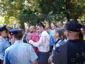Χαμός με τον βουλευτή του ΣΥΡΙΖΑ που αποδοκιμάστηκε για τη Μακεδονία!