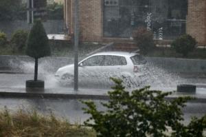 Καιρός σήμερα: Ισχυρές καταιγίδες και δρόμοι… ποτάμια