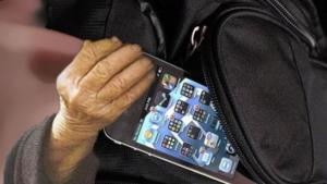 Καρπενήσι: 80χρονη έκλεψε κινητό στη λαϊκή αλλά την… πάτησε!