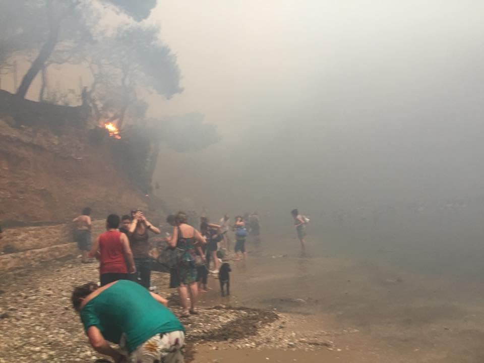 «Είδα ανθρώπους τυλιγμένους στις φλόγες να τρέχουν ουρλιάζοντας - Μας άφησαν να καούμε» - Μαρτυρίες από το Μάτι ένα χρόνο μετά