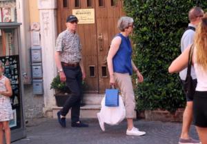 Ποιο Brexit; Η Τερέζα Μέι φόρεσε το καπελάκι της και πήγε διακοπές [pics]