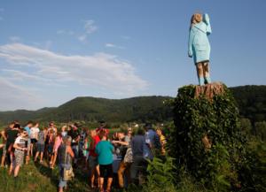Πλήρης… αποτυχία το άγαλμα της Μελάνια Τραμπ, στην πατρίδα της! Pics, video