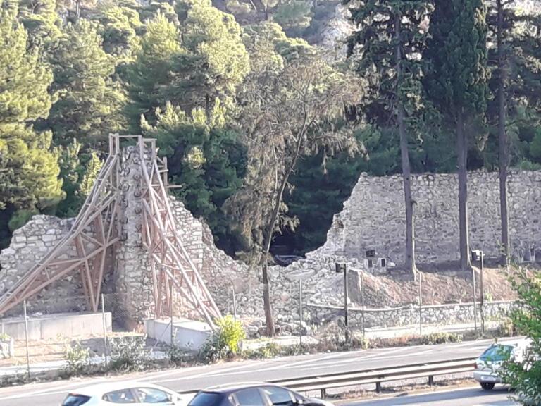 Σεισμός στην Αθήνα: Κατέρρευσε κομμάτι του οχυρωματικού τείχους στη Μονή Δαφνίου [pics]