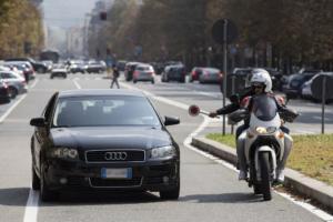 Αστυνομικοί με πολιτικά εναντίον οδηγών που μιλούν στο κινητό