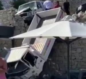Μύκονος: Απίστευτο ατύχημα σε ξενοδοχείο – Φορτηγό κατέληξε δίπλα από την πισίνα του [pics, video]