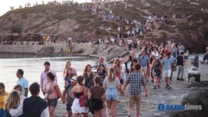 Νάξος: Λαοθάλασσα για το εκπληκτικό ηλιοβασίλεμα στην Πορτάρα – Εικόνες βγαλμένες από πίνακες ζωγραφικής [pics, video]