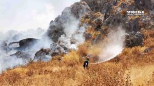 Ναύπλιο: Πρόλαβαν τις φλόγες πριν τα σπίτια – Μαίνεται η φωτιά [pics]