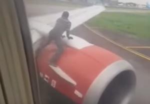 Νιγηρία: Άνδρας ανέβηκε σε φτερό αεροπλάνου την ώρα της απογείωσης – video
