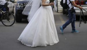 Λαμία: Η νύφη έγραψε ιστορία – Σήκωσε το νυφικό και κάθισε στο Θρόνο! [video]