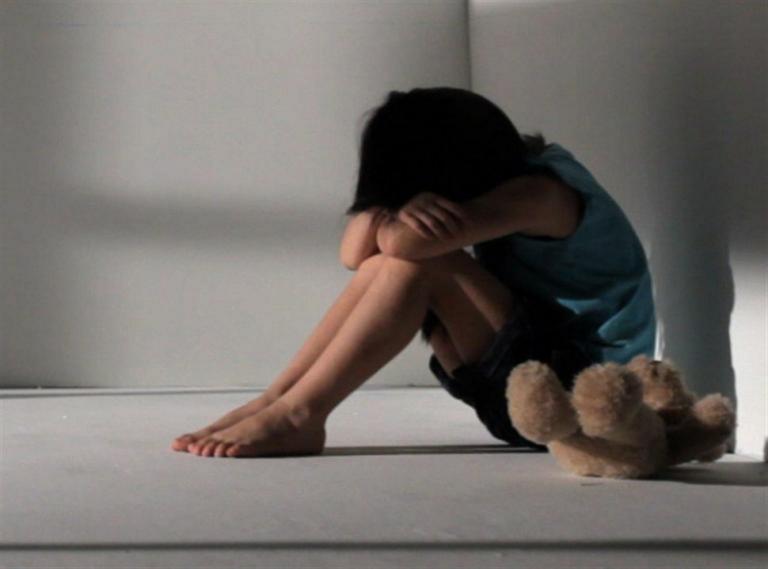 Στρατιωτικός «πατέρας» βίαζε τον 5χρονο γιο του επί τρία χρόνια – Συμμετείχαν και τα αδέλφια του (vid)