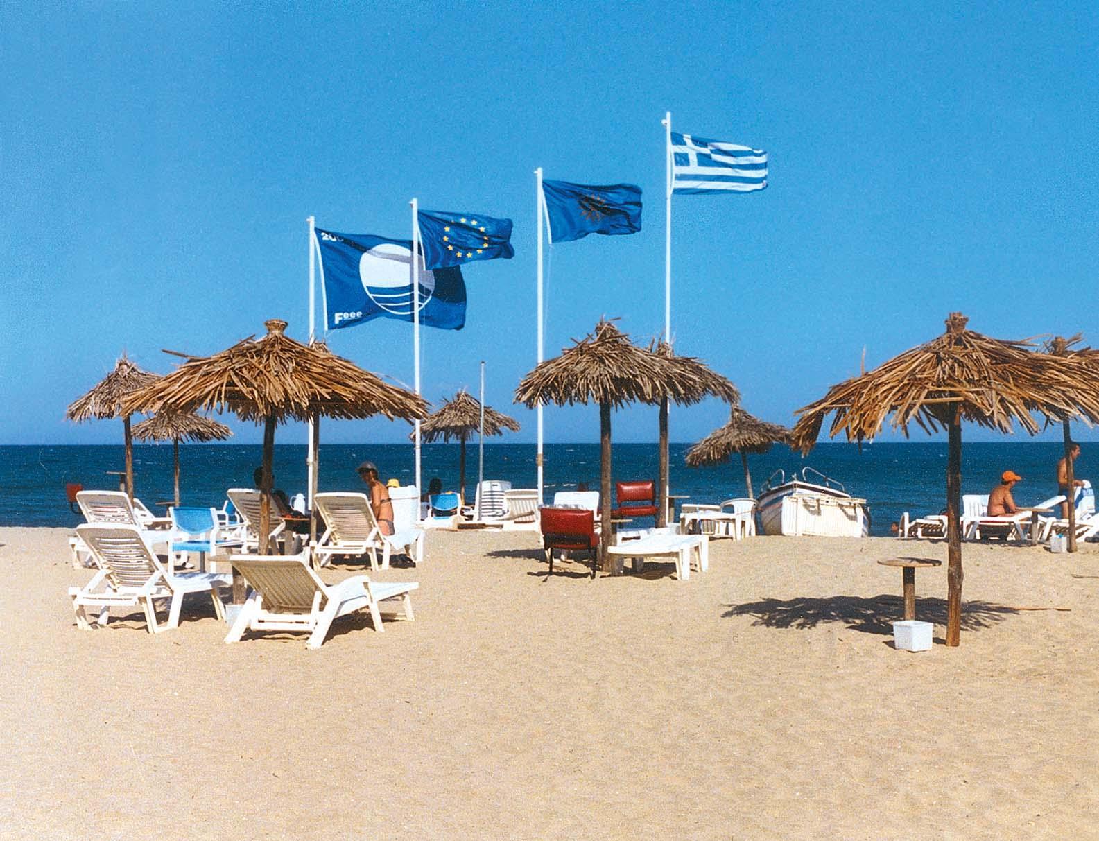"""«Κατεβαίνουν» 17 """"Γαλάζιες Σημαίες"""" – Δείτε σε ποιες παραλίες"""