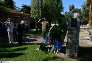 Στεφάνι από Παυλόπουλο στην προτομή του Μουστακλή – Μηνύματα για την αποκατάσταση της Δημοκρατίας