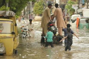 270 οι νεκροί από τις φονικές πλημμύρες σε Ινδία, Πακιστάν και Μπαγκλαντές