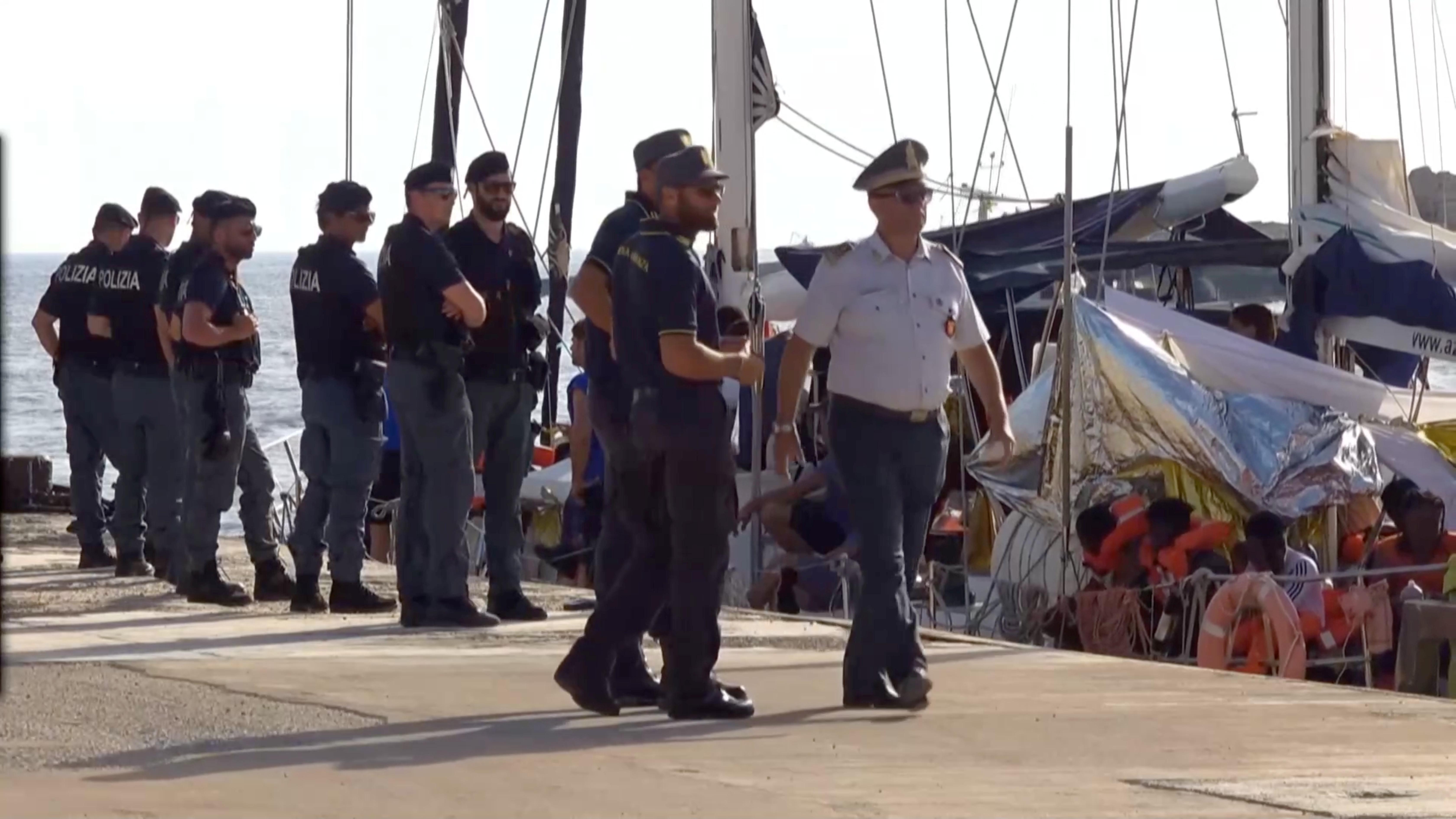 """Ιταλία: Σοκάρει ο Έλληνας διασώστης που """"έδεσε"""" με το πλοίο Άλεξ στην Λαμπεντούζα – video"""