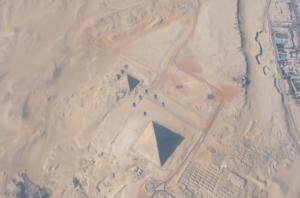 Ελεύθερη πτώση πάνω από τις πυραμίδες – Το βίντεο που κόβει την ανάσα