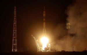 Ρωσία: Εκτοξεύτηκε πύραυλος που μεταφέρει τρεις αστροναύτες στον Διεθνή Διαστημικό Σταθμό [video, pics]