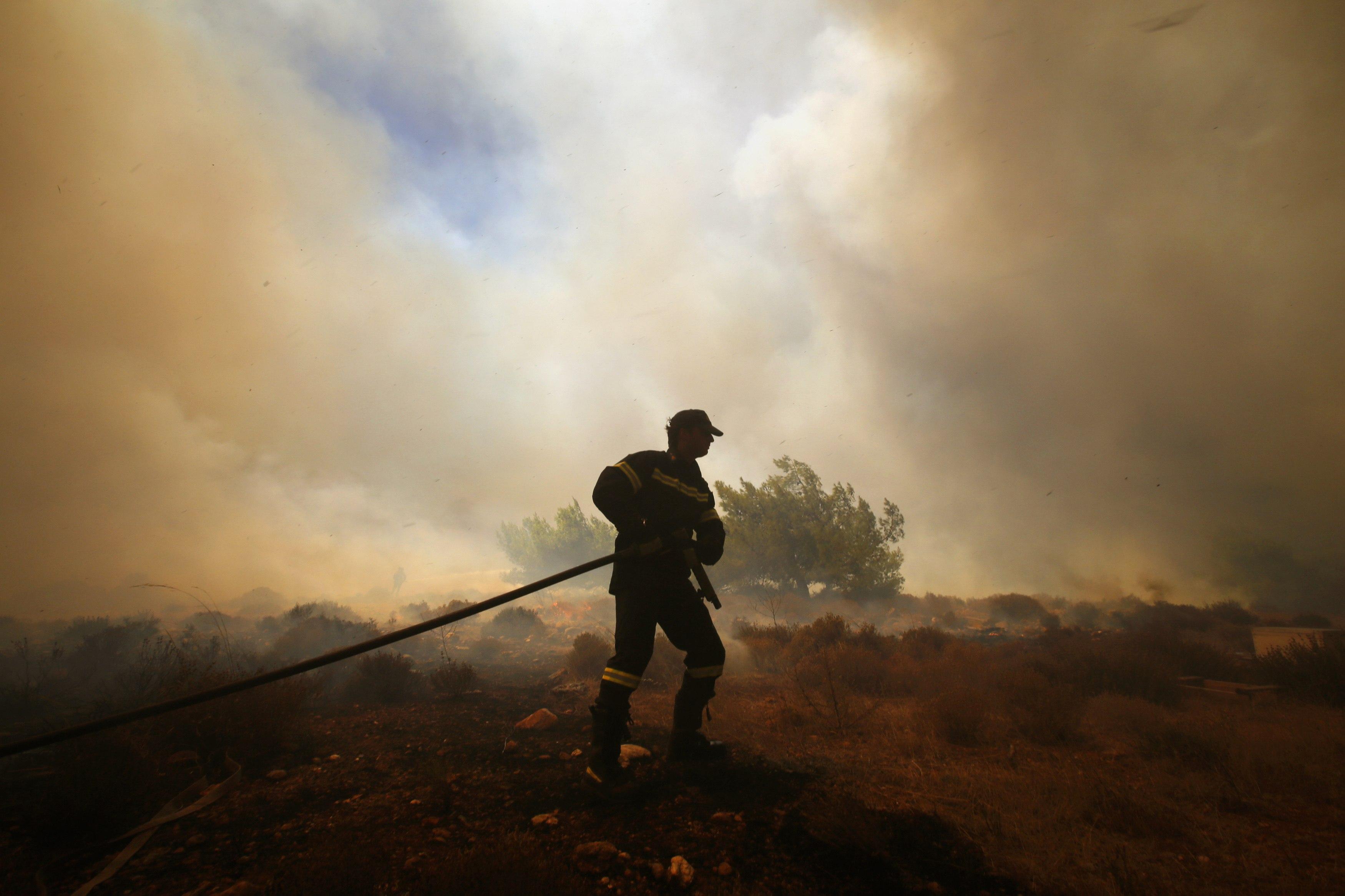 Φωτιά στον Παρνασσό – Εκκενώθηκαν κατασκηνώσεις