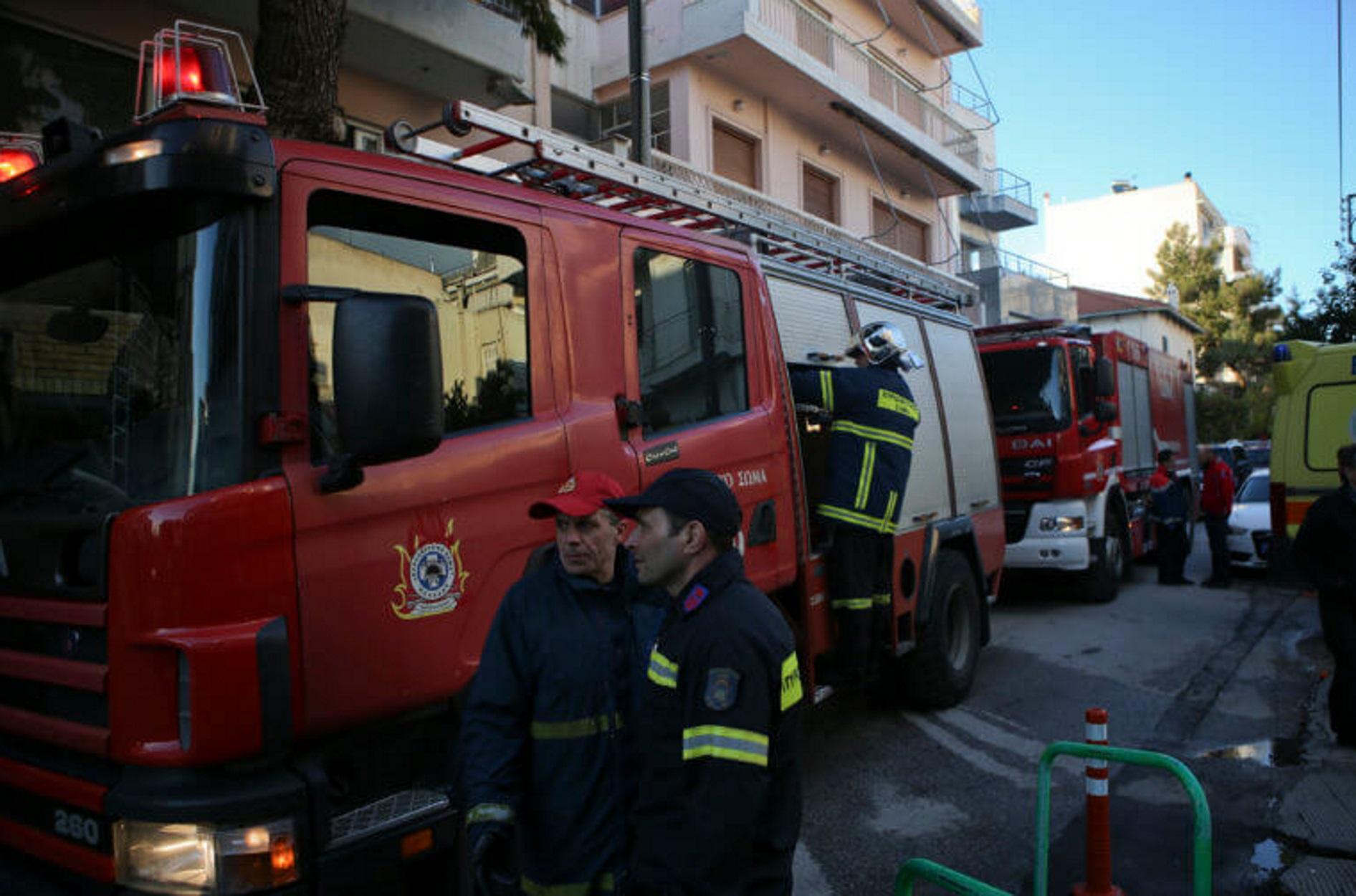 Απεγκλωβίστηκε γυναίκα από φλεγόμενο διαμέρισμα στον Άλιμο - Ελέγχεται η φωτιά στο Λαύριο