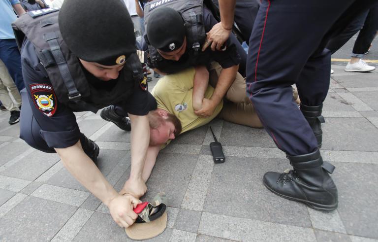 Ρωσία: Δεκάδες συλλήψεις σε διαδήλωση υπέρ των Τατάρων της Κριμαίας!