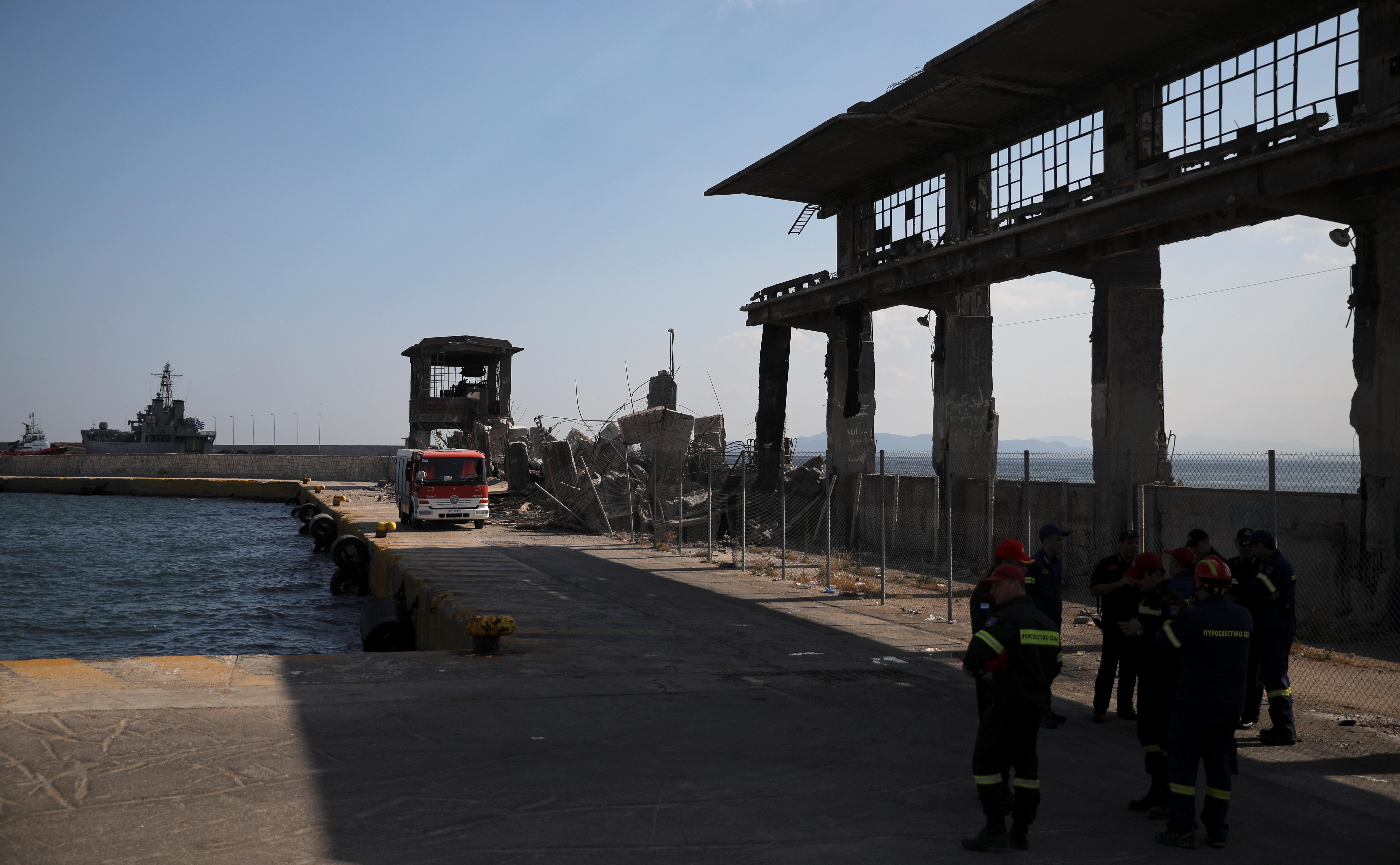 Τρομακτικές εικόνες από τον σεισμό - Κατέρρευσαν κτίσματα στο λιμάνι του Πειραιά και στο κέντρο της Αθήνας! Ξεκόλλησαν κάγκελα από μπαλκόνι