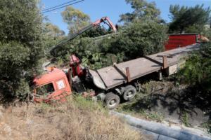 Φορτηγό έπεσε σε χαντάκι στην περιοχή του Σκαραμαγκά