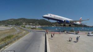 """Σκιάθος: Αεροπλάνο περνά """"ξυστά"""" πάνω από τα κεφάλια τουριστών! Βίντεο που κόβει την ανάσα"""