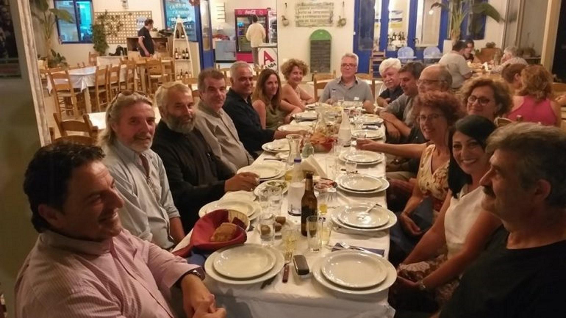 Κρήτη: Στο ίδιο τραπέζι Σκουρλέτης και Ξανθός – Ρακές και διακοπές για τους πρώην υπουργούς!