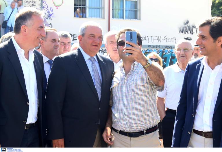 Εκλογές 2019: Ψήφισε στη Θεσσαλονίκη ο Κώστας Καραμανλής και μετά selfies, αγκαλιές και χαμόγελα – video