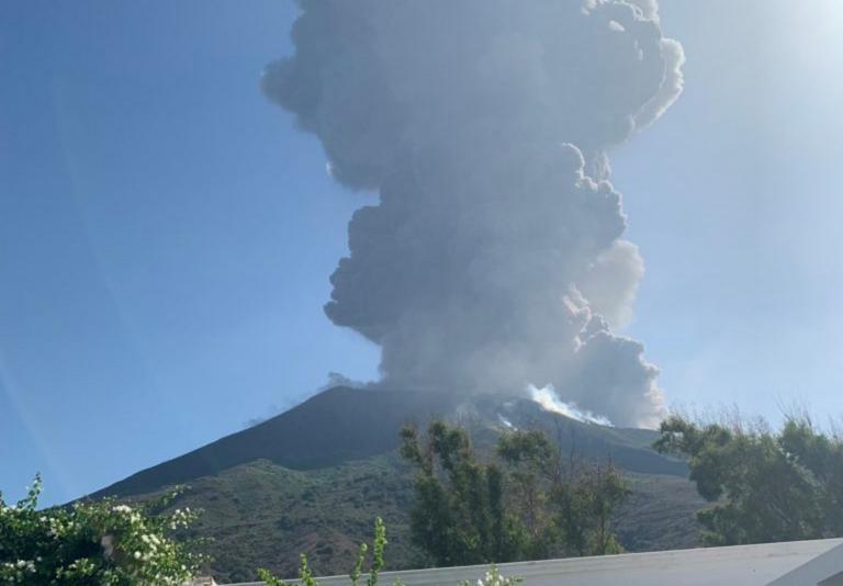 Η στιγμή της έκρηξης του ηφαιστείου στο νησάκι Στρόμπολι – video