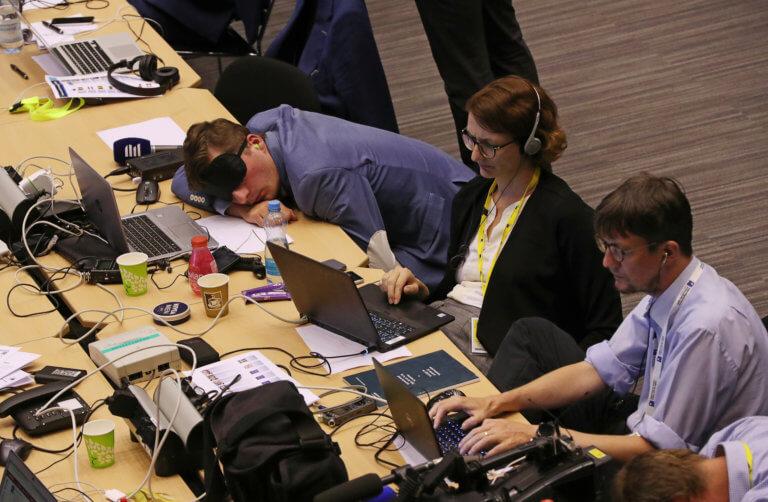 Σύνοδος Κορυφής: Μέρες '15 στις Βρυξέλλες και… δημοσιογράφοι κοιμούνται παντού! [pics]