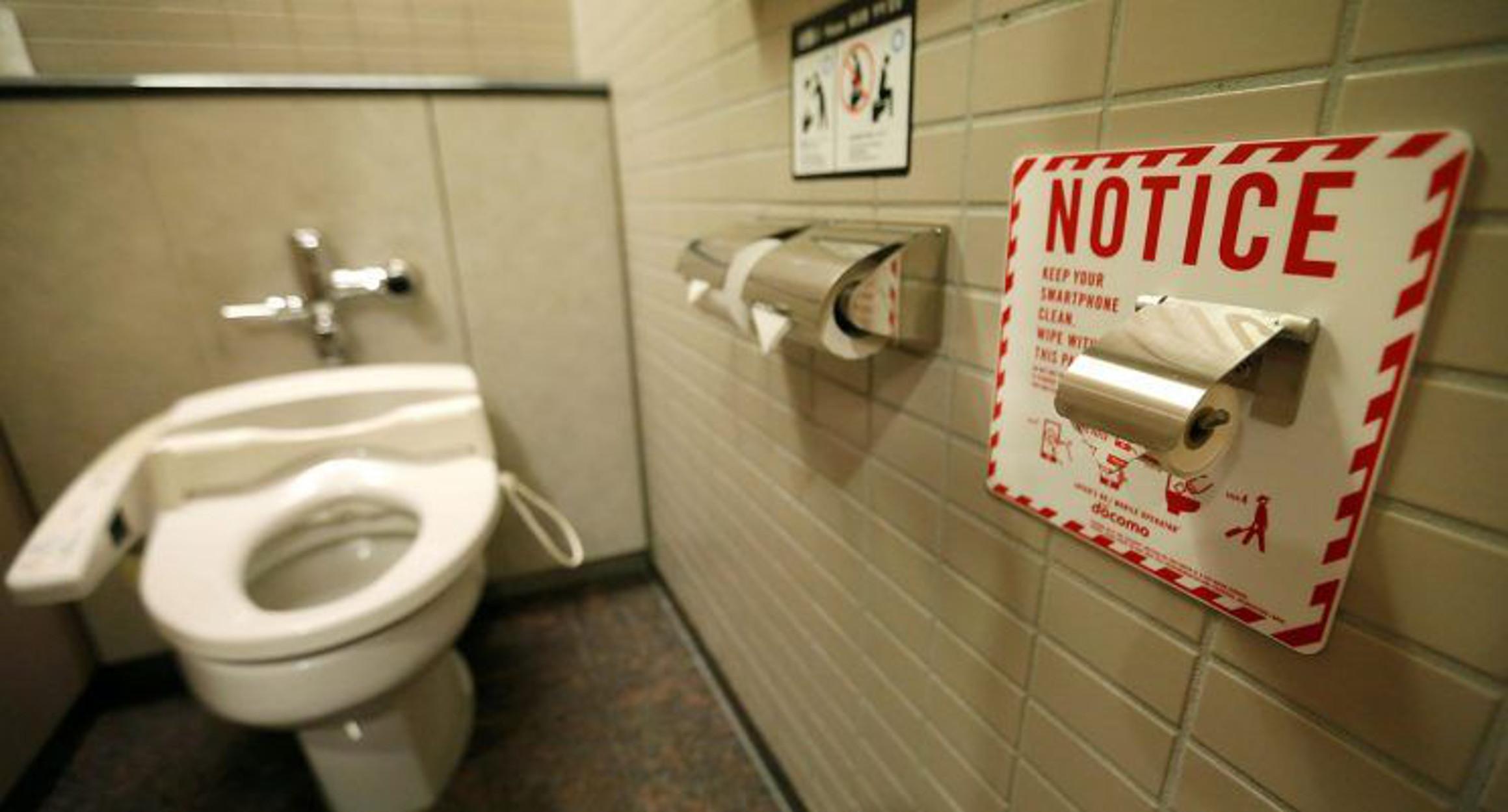 Έγινε κι αυτό: Έκατσε 5 μέρες σε λεκάνη τουαλέτας για να σπάσει... το ανύπαρκτο ρεκόρ