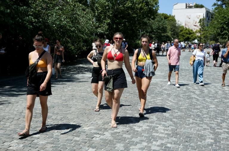 ΙΝΣΕΤΕ: Τρεις στους δέκα ξένοι τουρίστες έρχονται οδικώς