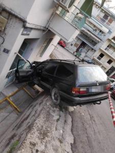 Θεσσαλονίκη: Αυτοκίνητο έπεσε σε τοίχο σπιτιού!