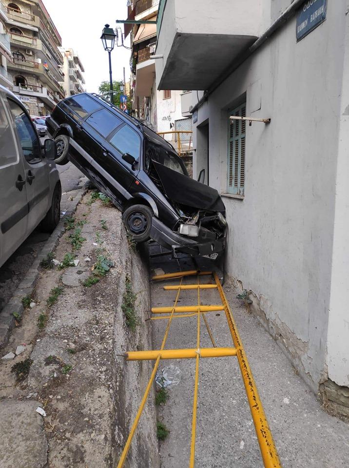 Τροχαίο - ΣΟΚ στη Θεσσαλονίκη: Αυτοκίνητο έπεσε σε τοίχο σπιτιού! Ανατριχιαστικές φωτογραφίες...