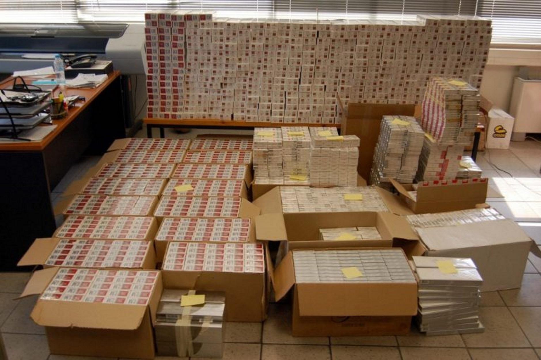 Αττική: Κατασχέθηκαν πάνω από 165.000 πακέτα τσιγάρα σε αποθήκη στη Μαγούλα