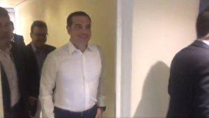 Χαμογελαστός έφτασε ο Αλέξης Τσίπρας στις εγκαταστάσεις του ΣΚΑΪ [video]