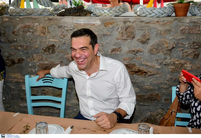Τσίπρας: Χαμογελαστός και ευδιάθετος στο Λαύριο για ουζάκι με τους δημοσιογράφους [pics]
