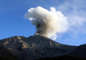 Περού: «Ξύπνησε» το ηφαίστειο Ουμπίνας – Φεύγουν άρον – άρον από τα σπίτια τους κάτοικοι – video